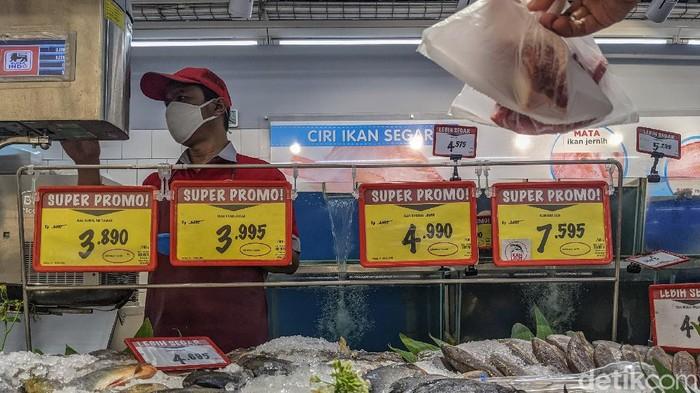 Pembeli berbelanja kebutuhan pokok di salah satu pasar ritel modern di Tangerang Selatan, Kamis (11/2/2021). Dalam Survei Pemantauan Harga (SPH) pekan pertama, Bank Indonesia (BI) memperkirakan inflasi Februari 2021 sebesar 0,01% secara bulanan (month-to-month/MtM). Dengan perkembangan tersebut, perkiraan secara tahun kalender sebesar 0,25% dan secara tahunan (year-on-year/YoY) 1,26%. Para analis menyatakan trend inflasi yang melambat di bulan Februari tersebut mendorong ancaman deflasi atau daya beli rendah.