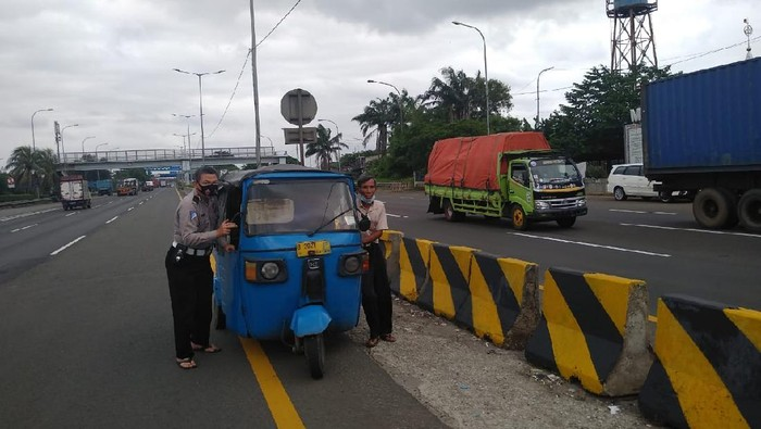Bajaj masuk Tol Cakung, Jakarta Timur ditilang polisi