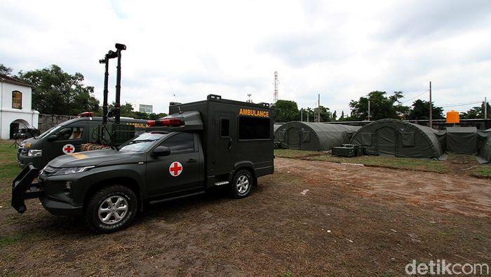 Tenaga kesehatan TNI AD dan jajarannya memperlihatkan kamar dan peralatan canggih militer untuk perawatan pasien COVID-19 di rumah sakit darurat TNI AD di dalam Benteng Vasternberg, Solo, Jawa Tengah, Kamis (11/2/2021).