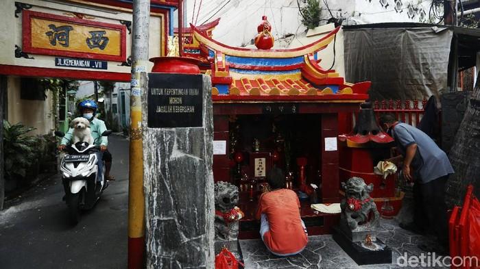 Sambut tahun baru Imlek 2572, warga etnis Tionghoa di kawasan Glodok, Jakarta Barat, melakukan ritual doa dan bersih-bersih rumah.