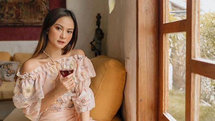 Cantiknya Gabriella Larasati, Penggemar Kopi dan Es Kelapa