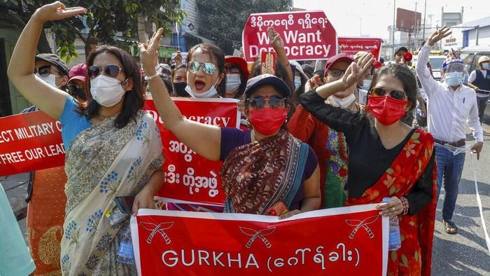 Demo menentang kudeta berlanjut di Myanmar. Kali ini demo dilakukan oleh warga yang mengenakan pakaian tradisional.