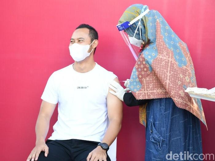 Eks Kapten Persib Atep menjalani vaksinasi Corona tahap kedua di Cianjur