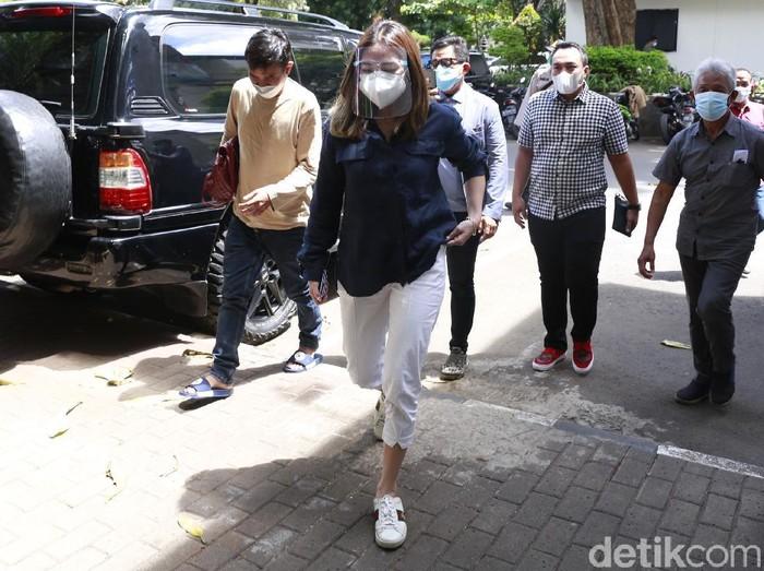 Artis Gisel Anastasia mendatangi untuk wajib lapor di Polda Metro Jaya, Jakarta, Kamis, (11/2/2021).