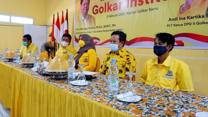 Merespons tantangan partai politik yang makin kompleks, sejak 2020 Partai Golkar merintis berdirinya Golkar Institute, sebuah sekolah pemerintahan dan kebijakan publik. Lembaga ini juga berfungsi sebagai sarana pendidikan politik dan pengkaderan.