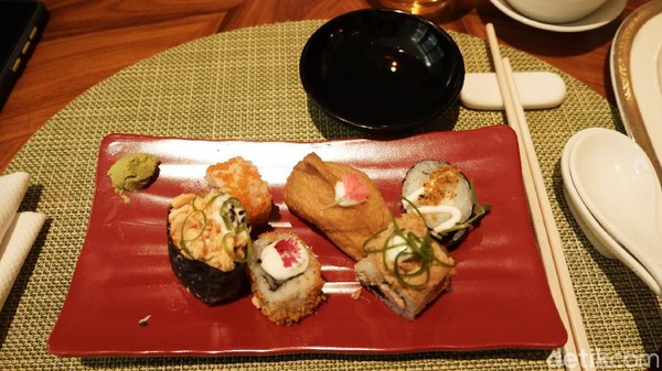 Ada juga Japanese Favourite, Dessert Station dan masih banyak lagi. Tak lupa Seafood Fish Maw Soup, Wok Fried Beef Tenderloin, Mango Sagoo Pudding, serta berbagai pilihan menu khas negeri Tirai Bambu lainnya. (Siti Fatimah/detikTravel)