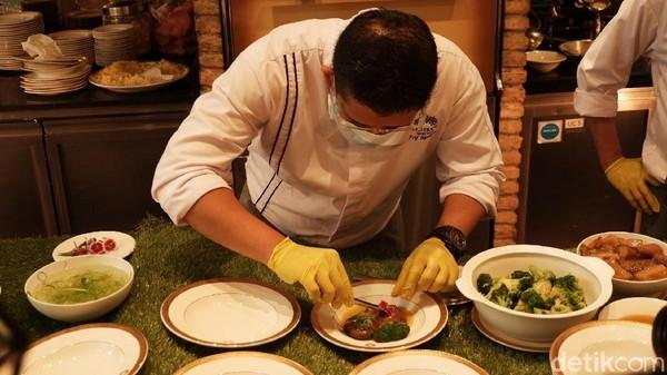 Di tahun Kerbau ini, mereka mempersembahkan sajian bertajuk The Journey of Flavours. Beragam sajian khas negeri Tirai Bambu dihidangkan oleh Executive Chinese Chef Shifu Chan Wah. (Siti Fatimah/detikTravel)