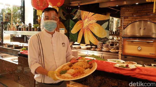 Ada juga Yee Shang. Bagi yang belum tahu, Yee Shang atau Yusheng merupakan salad dari berbagai macam sayuran berwarna-warni. Tradisi ini biasanya dilakukan saat berkumpul bersama keluarga dan diaduk dengan cara mengangkat setinggi-tingginya hingga tercampur. (Siti Fatimah/detikTravel)