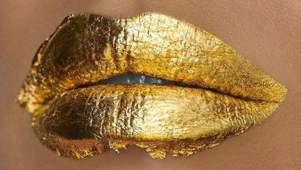 Masker bibir dari emas Irina Shayk.