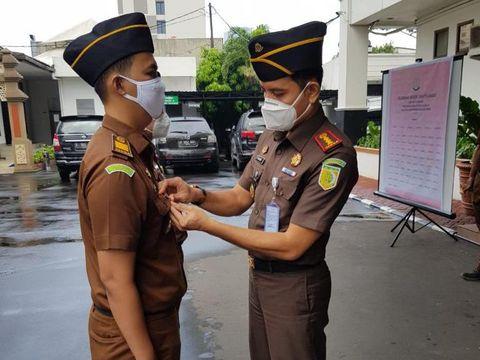 Kepala Kejaksaan Negeri Jakarta Barat, Dwi Agus Arfianto memimpin apel penyematan pin Zona Integritas Wilayah Bebas dari Korupsi (WBK).