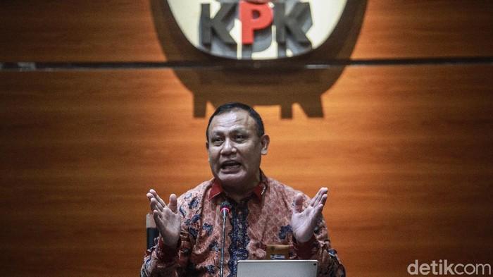 Ketua KPK Firli Bahuri (tengah) bersama Menteri Kesehatan Budi G Sadikin (kanan) dan Plt Jubir KPK Bidang Pencegahan Ipi Maryati memberi pernyataan pers di Gedung KPK, Jakarta, Kamis (11/2/2021).