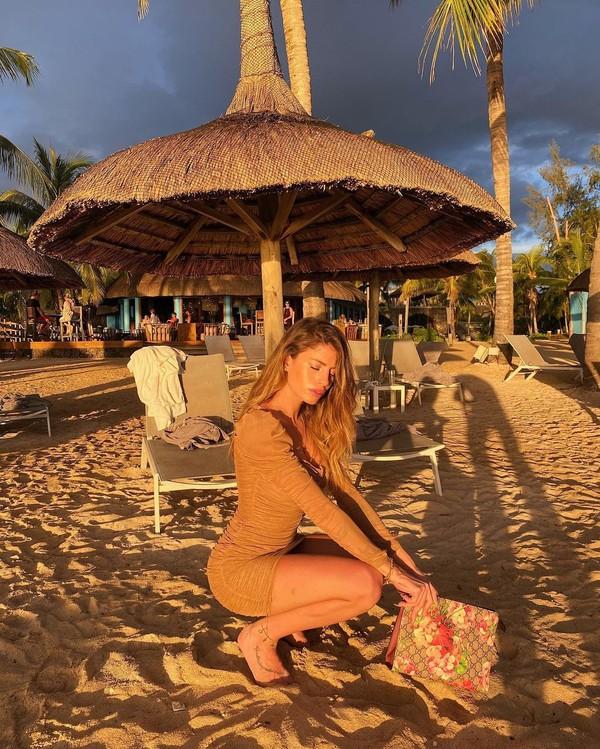 Ini gaya Chiara menikmati senja di Mauritius. (Instagram/Nastilove)