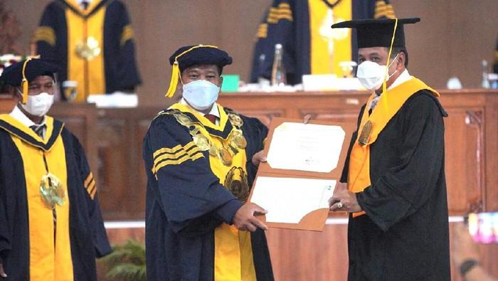 Nurdin Halid menerima gelar kehormatan Doktor Honoris Causa dari Universitas Negeri Semarang (Unnes), Kamis (11/2/2021)