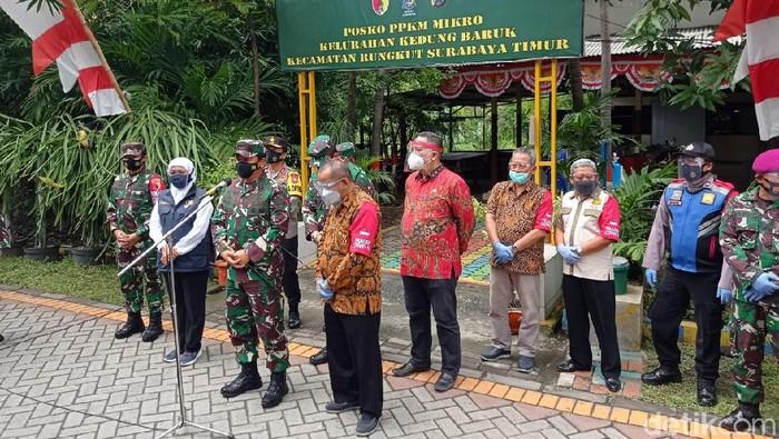Panglima TNI Marsekal TNI Hadi Tjahjanto meninjau kampung tangguh zona hijau di Surabaya. Kampung tangguh itu ada di RW 05, Kelurahan Kedung Baruk, Kecamatan Rungkut, Surabaya.