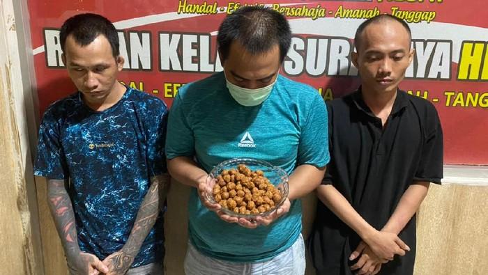 Upaya penyelundupan pil koplo terjadi di Rutan Klas I Surabaya di Medaeng, Sidoarjo. Barang terlarang itu dimasukan ke dalam bumbu pecel