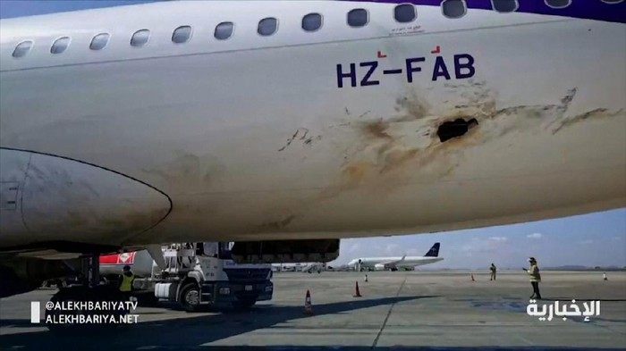 Pesawat Sipil di Arab Saudi Diserang Houthi hingga Terbakar
