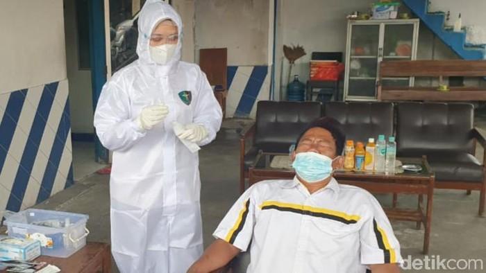 Petugas melakukan tes antigen kepada pengendara di perbatasan Jateng-DIY di Prambanan, Klaten, Kamis (11/2/2021).