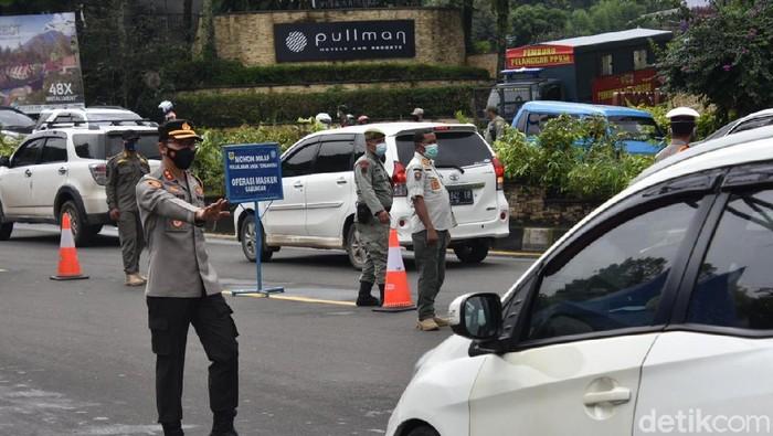 Petugas mengatur lalu lintas di kawasan Puncak Bogor.