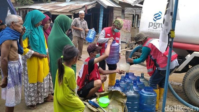 PMI salurkan air bersih ke warga di Hulu Sungai Tengah (M RIsanta/detikcom)