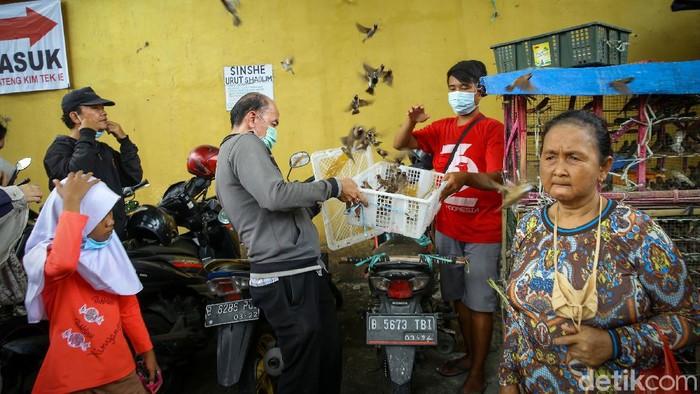 Etnis Tionghoa di kawasan Petak 9, Jakarta, nmelakukan ritual lepas burung jelang perayaan Imlek. Ini dia foto-fotonya.