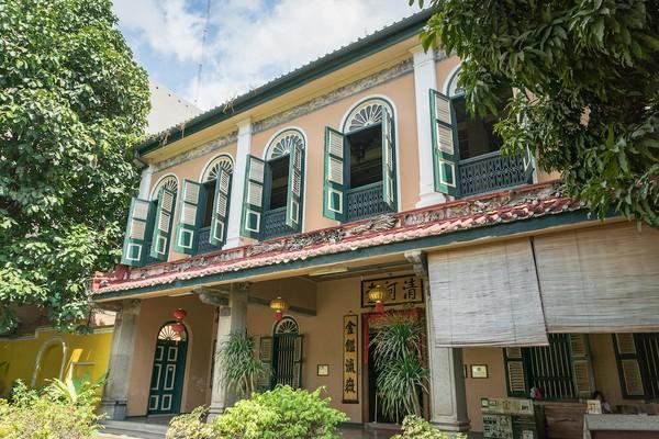 Satu tempat yang wajib dikunjungi saat traveling ke Medan adalah Rumah Tjong A Fie. Arsitektur rumah ini merupakan perpaduan gaya bangunan Melayu, China dan Eropa. Berada di Jl Ahmad Yani, rumah ini terlihat berbeda dari yang lain. Rumah ini sudah berdiri sejak abad ke 19 dan masih terawat hingga sekarang. (Shutterstock)