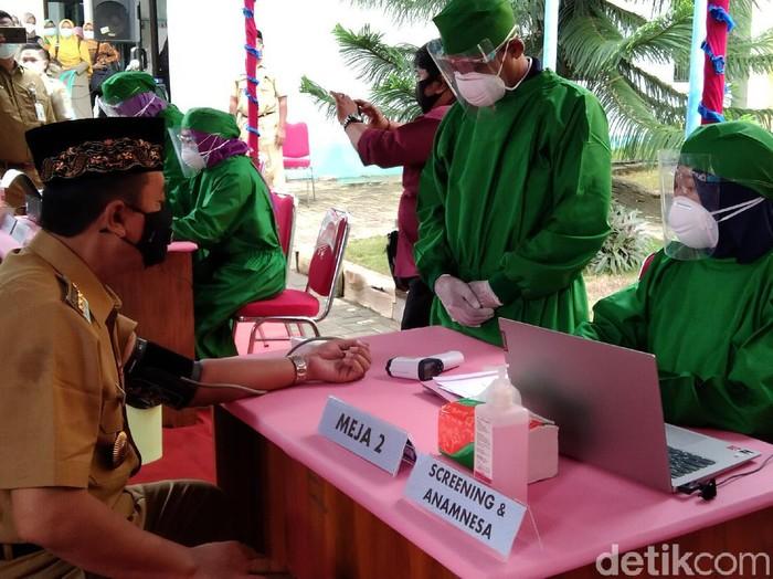 Screening vaksinasi Corona di Rembang, Kamis (11/2/2021).