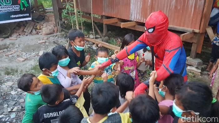 Spiderman hibur anak korban gempa (Abdy/detikcom)
