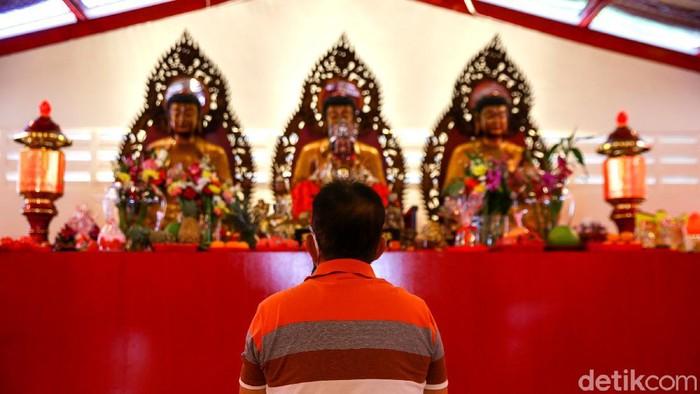 Kelenteng Dharma Bhakti, Jakarta, mulai didatangi para etnis Tionghoa. Mereka datang bergantian dan langsung menerapkan prokes.