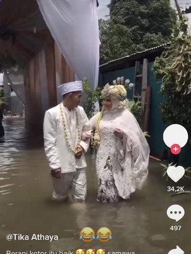 Viral pasangan pengantin yang menikah saat banjir.