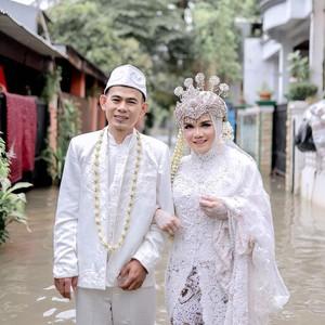 Viral Pengantin Pose di Tengah Banjir Pakai Kebaya, Ini Kisah di Baliknya