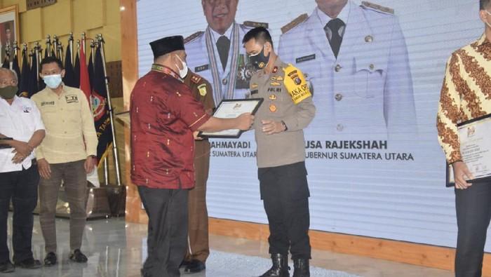 Wakapolda Sumut, Brigjen Dadang Hartanto saat menerima penghargaan dari insan pers (dok. Istimewa)