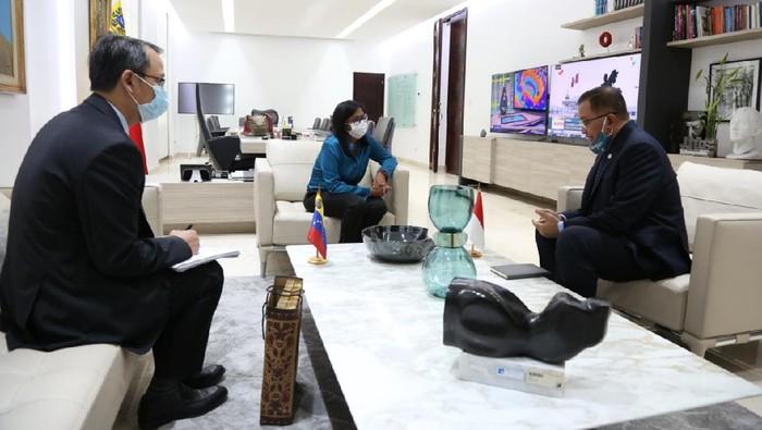 Wakil Presiden Venezuela, Delcy Eloína Rodríguez Gómez melaksanakan pertemuan bilateral dengan Duta Besar Republik Indonesia untuk Republik Bolivaria Venezuela, Imam Edy Mulyono. (KBRI Caracas)
