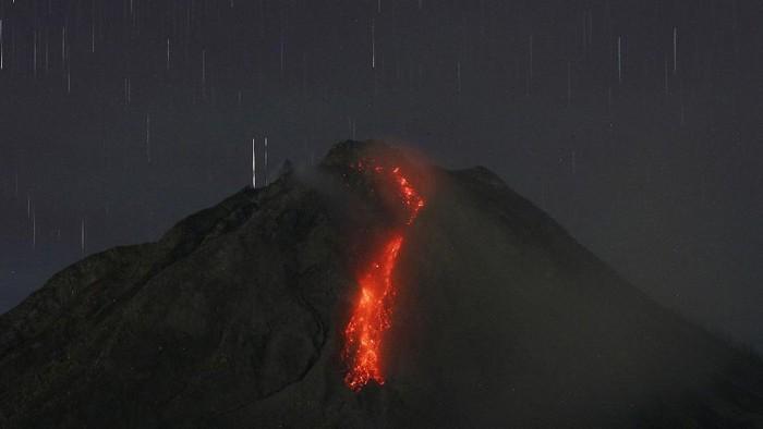 Guguran lava dari puncak Gunung Sinabung terlihat dari Desa Tiga Kicat, Kecamatan Simpang Empat, Karo, Sumatera Utara, Jumat (12/2/2021). Pusat Vulkanologi dan Mitigasi Bencana Geologi (PVMBG) di Pos Pemantauan Gunung Api Sinabung mencatat volume kubah lava di puncaknya sudah mencapai 4 juta meter kubik sehingga diimbau untuk warga yang berada pada radius 2.5 kilometer dalam zona merah untuk tidak melakukan aktivitas. ANTARA FOTO/Edy Regar/Lmo/foc.