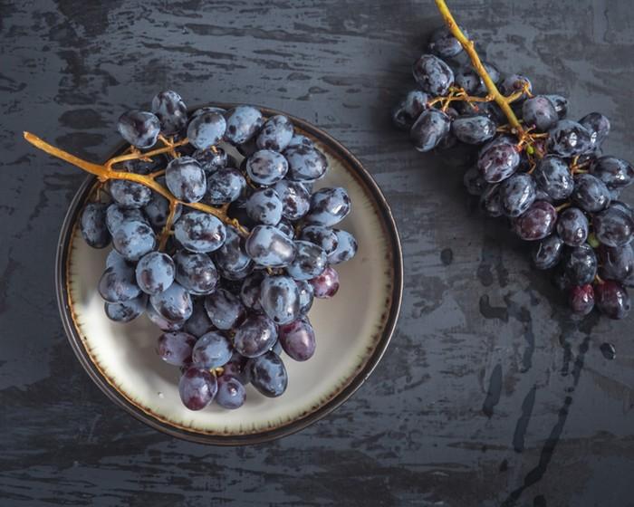 Begini Cara Membersihkan Bubuk Putih pada Kulit Anggur