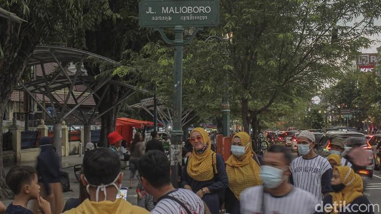 Kawasan Malioboro, Yogyakarta, kerap jadi tujuan wisata saat libur panjang. Seperti apa suasana di Malioboro saat libur Tahun Baru Imlek? Berikut potretnya.