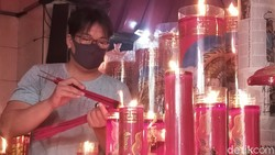 Perayaan Tahun Baru Imlek di Klenteng Hong San Ko Tee, Surabaya, digelar dengan terapkan protokol kesehatan. Hal itu dilakukan untuk cegah penyebaran Corona.