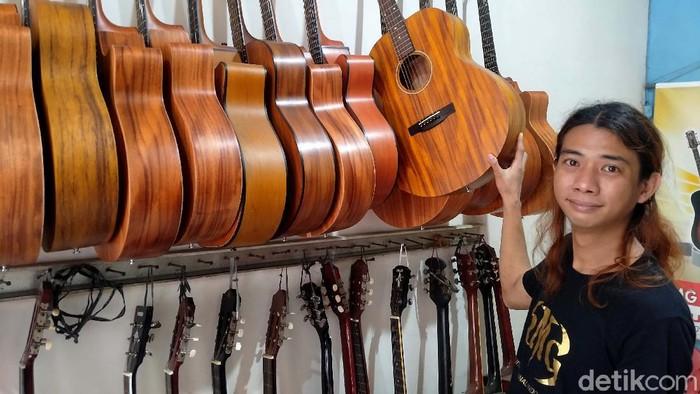 Meski dengan keterbatasan, Tonny Mahardika, (35) pria asal Bogor yang berbisnis menjual Gitar ini beromzet Rp 300 jutaan.   Ia merintis bisnis gitar ini sejak dirinya menjadi seorang pengamen jalanan. Setiap orang yang mau berjuang, tidak akan sulit untuk mendapatkan kesuksesannya. Apapun kondisi dan kekurangan yang dialami pun tidak menjadi halangan.