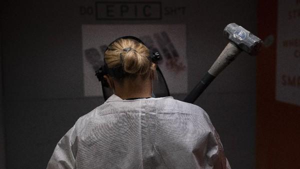 Di ruangan tersebut, warga bisa bebas menghancurkan benda apa pun yang ada di sana dengan menggunakan palu, tongkat pemukul hingga tongkat golf.