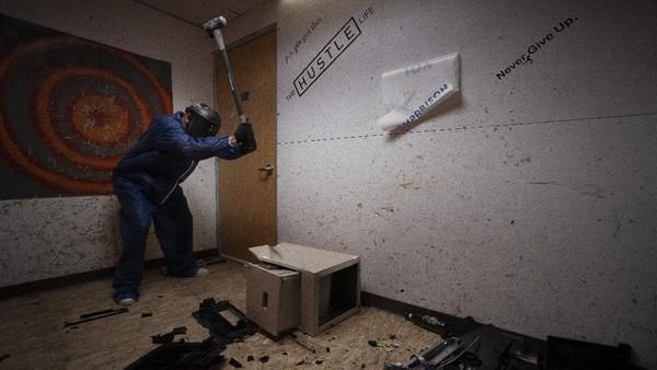 Rage room atau ruangan untuk melepas amarah dan stres ini pun kian populer di tengah derasnya arus modernitas seperti saat ini.