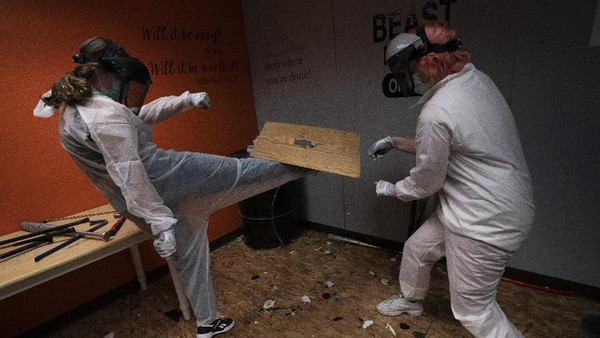 Dua orang penyewa tengah beraktivitas di dalam rage room atau ruangan untuk melampiaskan amarah di California, Amerika Serikat.
