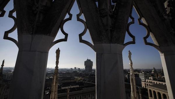 Katedral bergaya gothic ini letaknya di pusat kota Milan dan di sebelah pusat perbelanjaan terkenal Galleria Vittorio Emanuele.