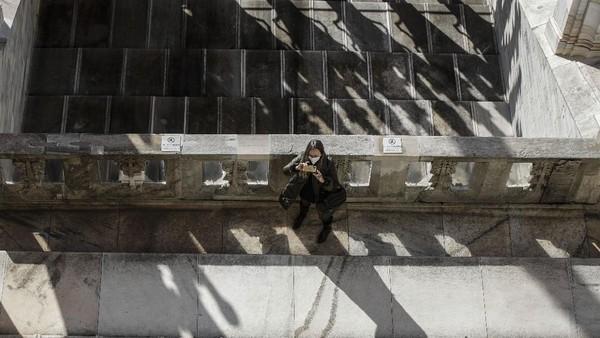 Selain berfoto di bawah di depan katedral ini, pengunjung juga bisa berfoto dengan naik di bagian atas katedral.