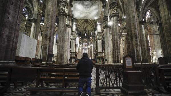 Dengan sentuhan gaya arsitektur gothic, Arsitektur Katedral ini membutuhkan waktu hampir enam abad untuk menyelesaikan hingga detail-detail arsitektur mengagumkan yang ada pada bangunan ini.