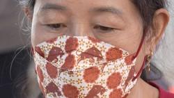 Saat merayakan Tahun Baru Imlek, warga keturunan Tionghoa memakai masker bertema Imlek untuk mencegah penularan virus COVID-19