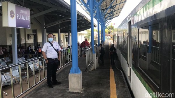 Stasiun ini termasuk stasiun tertua di Ranah Minang. Operator menggunakan kereta api Minangkabau Ekspres sebagai armada utamanya.
