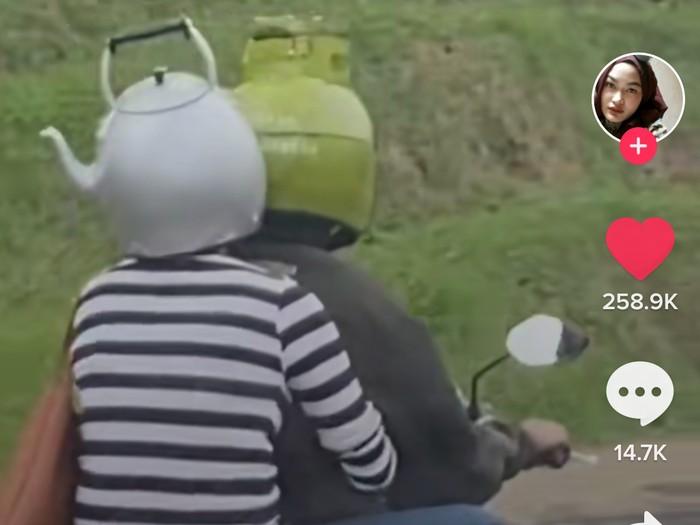 Kocaknya Kompak, Pasangan Ini Pakai Helm Bentuk Tabung Gas dan Teko