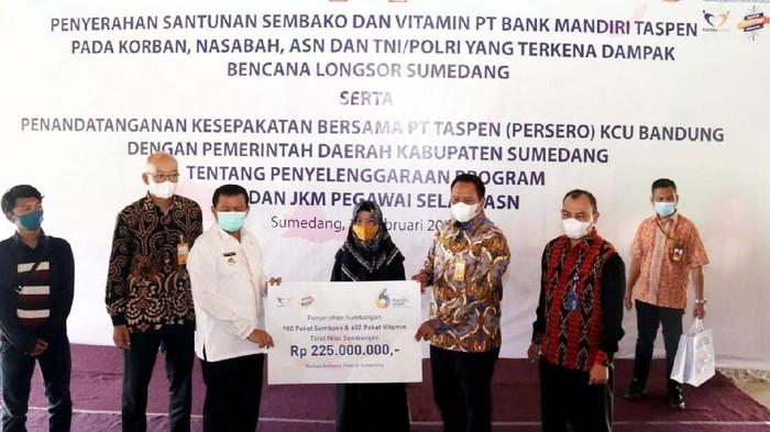 Korban bencana tanah longsor di Desa Cihanjuang, Kabupaten Sumedang, Jawa Barat, mendapat bantuan. Mereka menerima 900 paket sembako dan 600 paket vitamin.