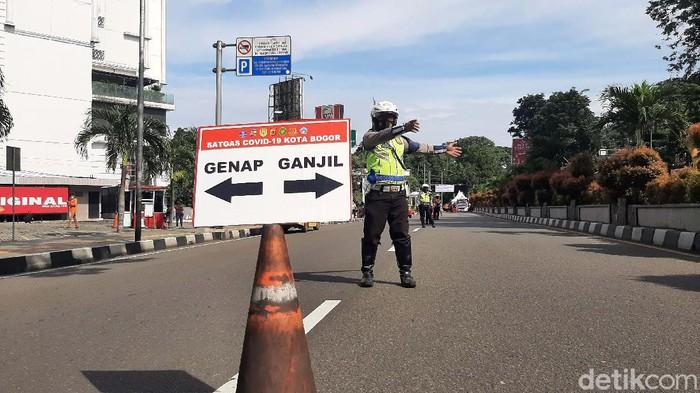 Aturan ganjil genap di Kota Bogor kembali diberlakukan hingga Minggu (14/2/2021). Sedikitnya 20 orang disanksi denda karena langgar aturan ganjil genap di titik check point Tugu Kujang Bogor.