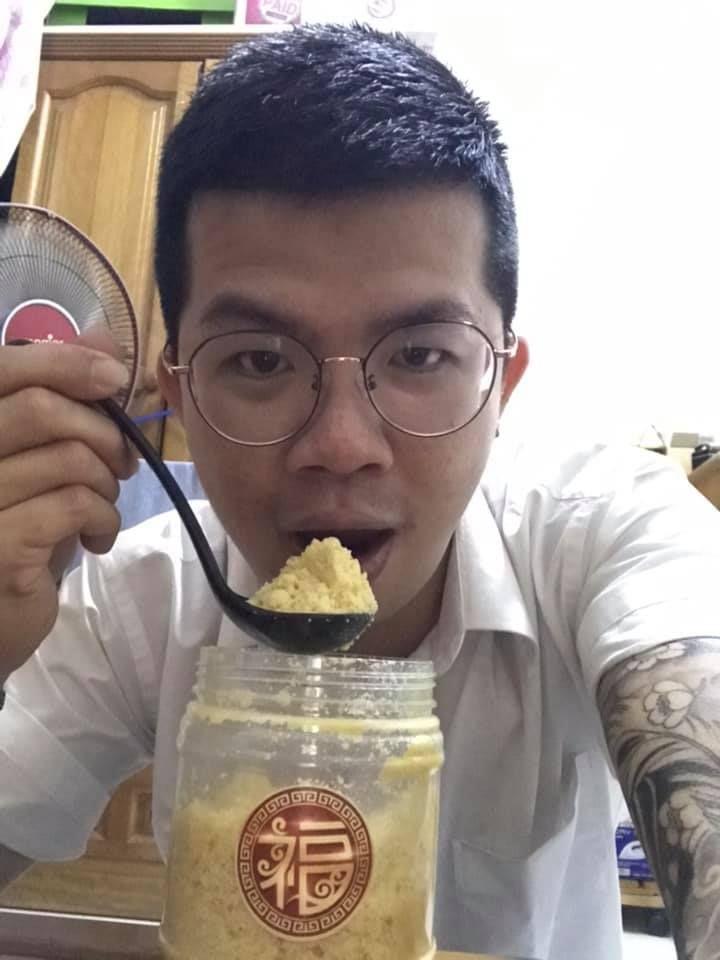 makan kue imlek pakai sendok besar
