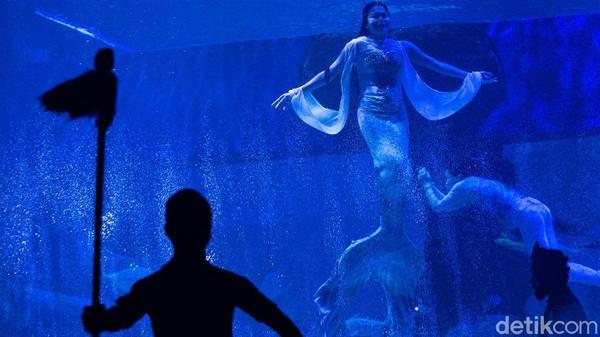 Pertunjukkan dimulai dari teater dengan tajuk Pearl of The Sea yang disutradarai oleh Peter Wilson.